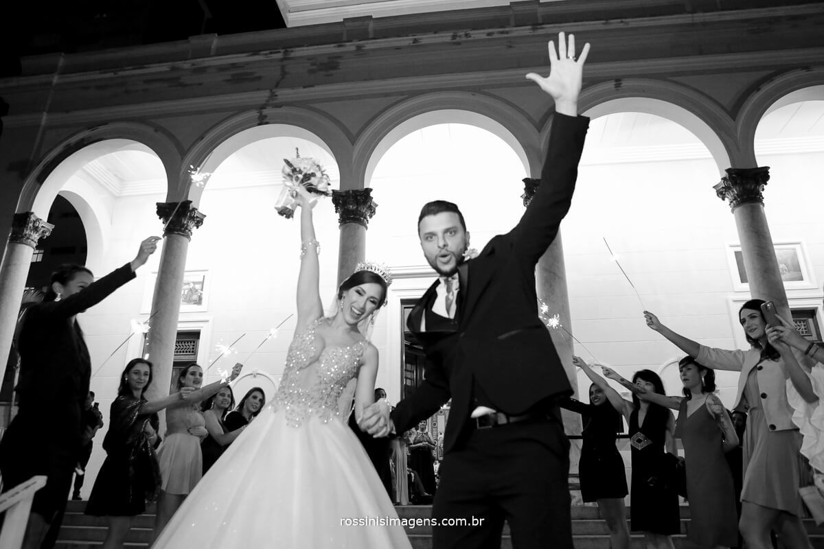 foto animada dos noivos na porta da igreja apos a incrível cerimonia de casamento
