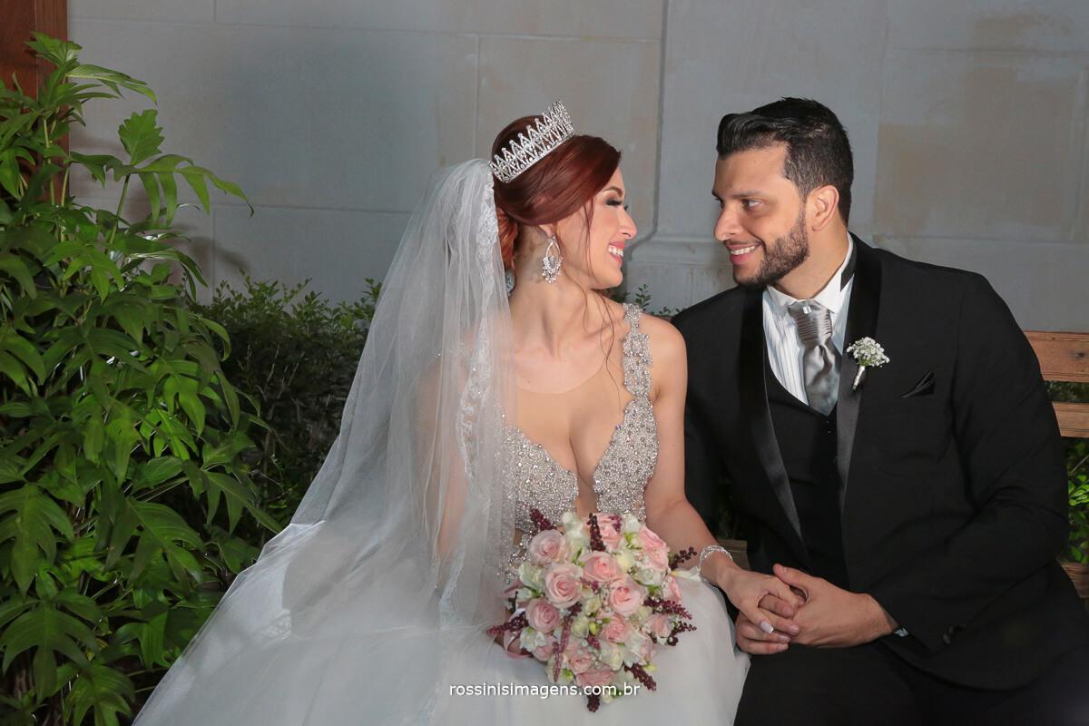 sessão de fotos dos noivos no jardim da igreja em são paulo dia lindo