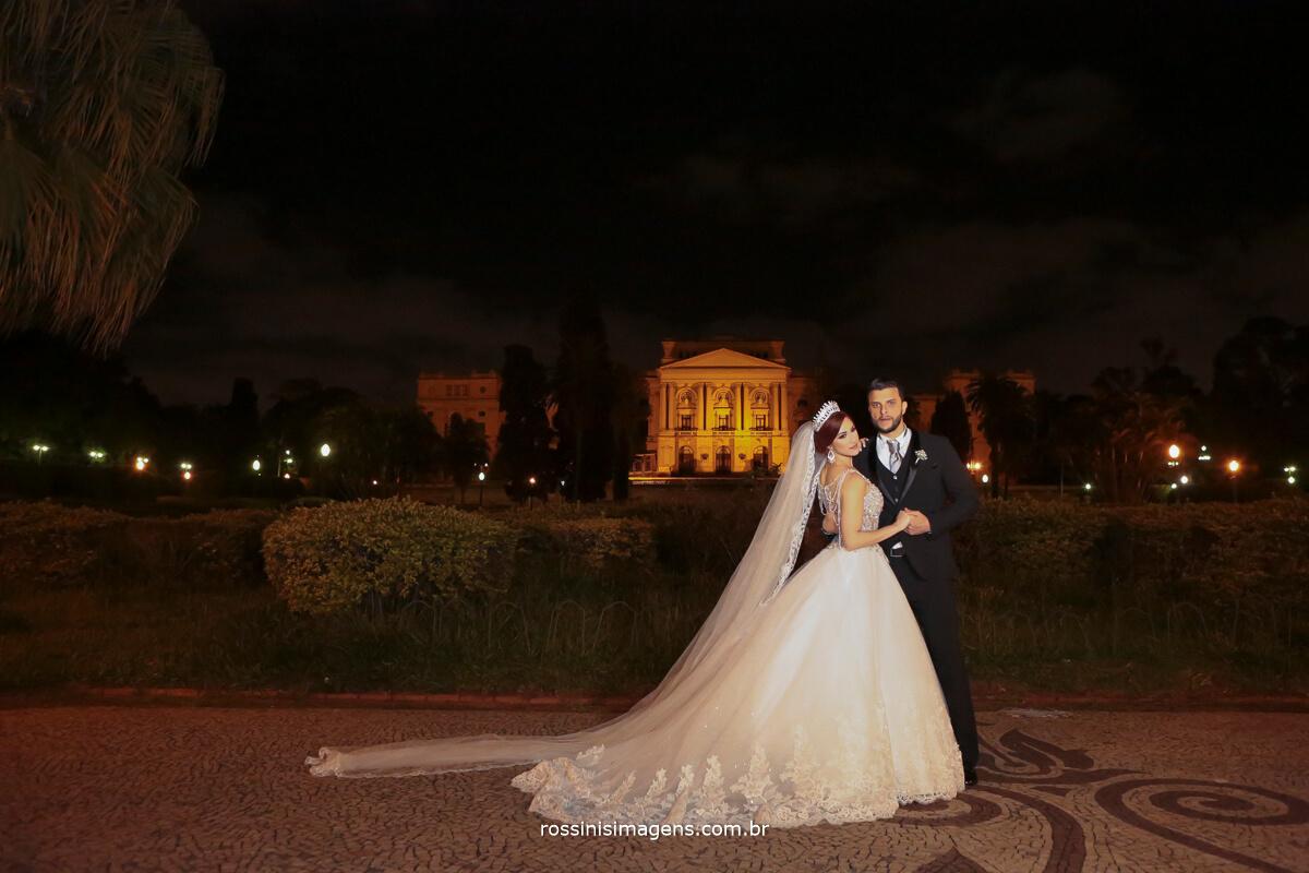 fotografia de casamento noivos no museu paulista , museu do ipiranga em são paulo rossinis imagens, museu paulista de noiva com os noivos