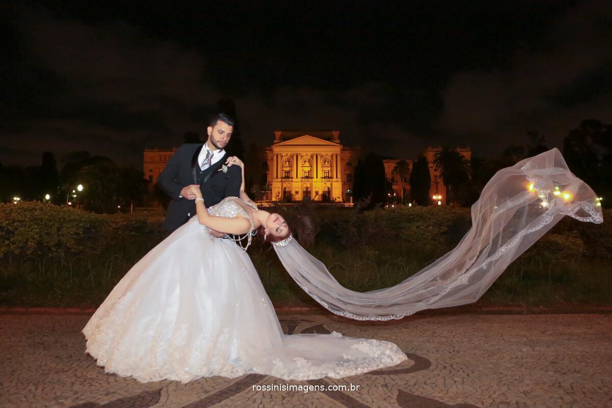 museu paulista com os noivos na sessão de fotos entre a igreja e o salão de festas, veu voando, noivos casamento, são paulo, noiva, bride , rossinis imagens
