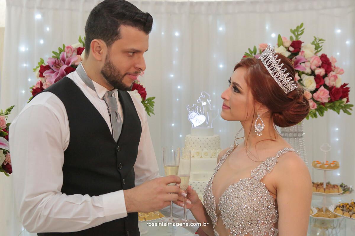brinde dos noivos na mesa do bolo, wedding day bride, casamento do ano, casamento 2018, casamento 2019, felicidade,