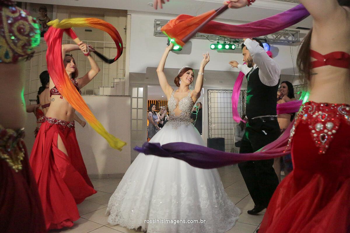 dança árabe no casamento, noiva e noivo dançando muito