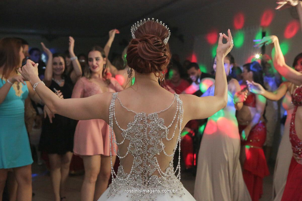 pista de dança bombando com a apresentação de dança do ventre dança árabe