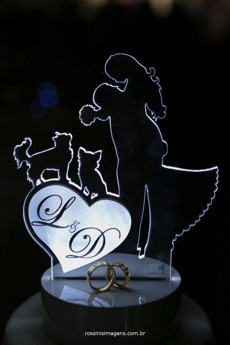 topo do bolo dos noivos liliane e diogo, com o casal e os cachorrinhos ,
