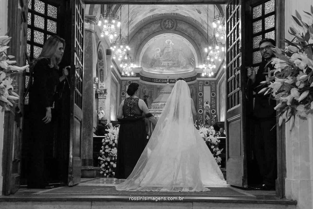 abertura da porta da igreja para a grande entrada da noiva em direcao ao altar para encontra o noivo,