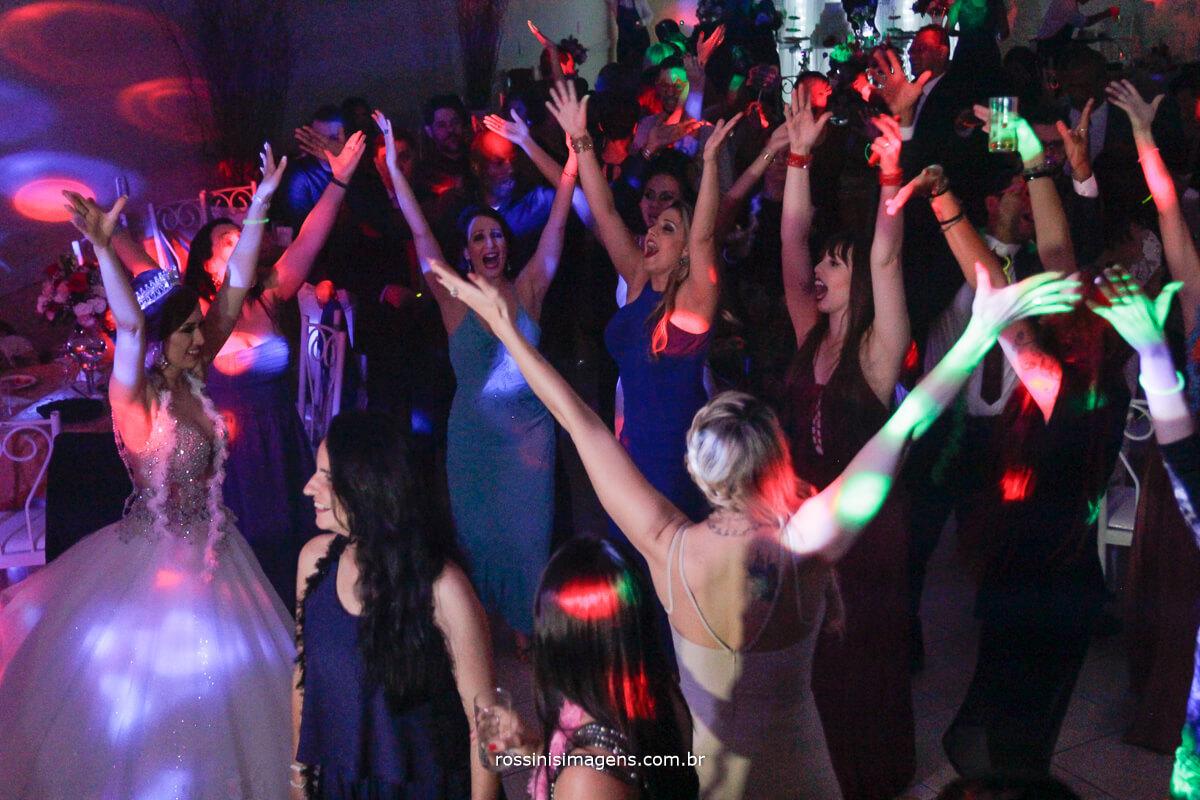 alegria e agitação na pista de dança balado top, casamento lindo