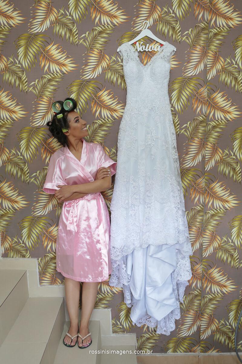 noiva de robe com o vestido da cerimonia