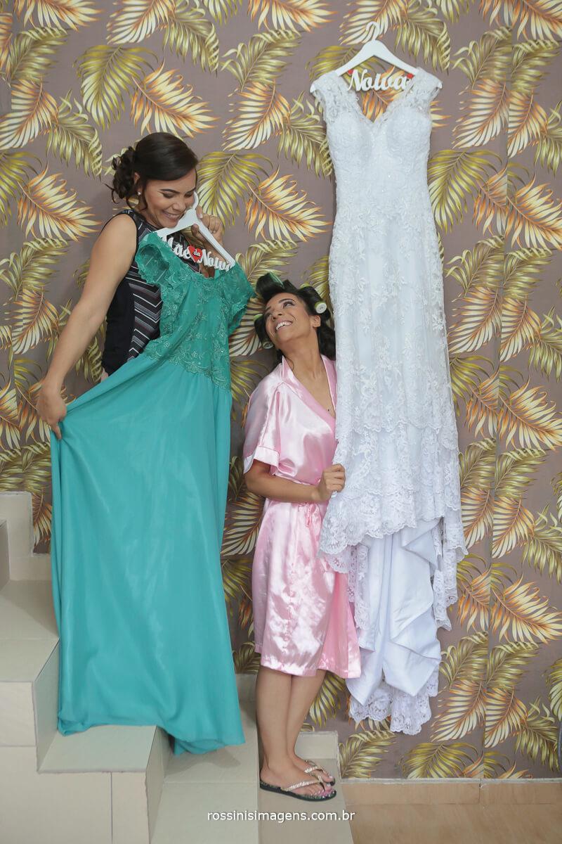 mae e filha no makink of com os vestidos da festa