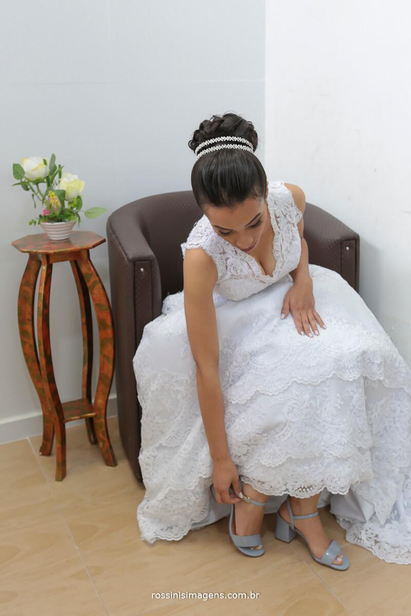 noiva colocando o sapato no dia da noiva o momento incrivel