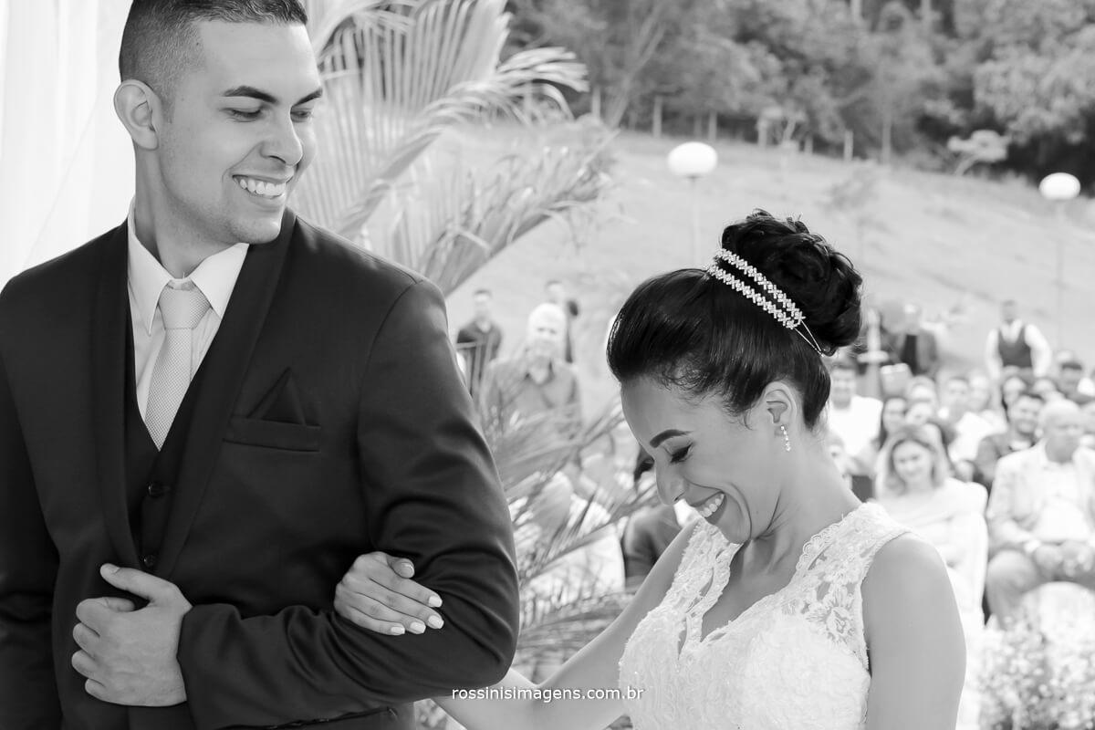 casal de noivos felizes e emocionados no grande dia