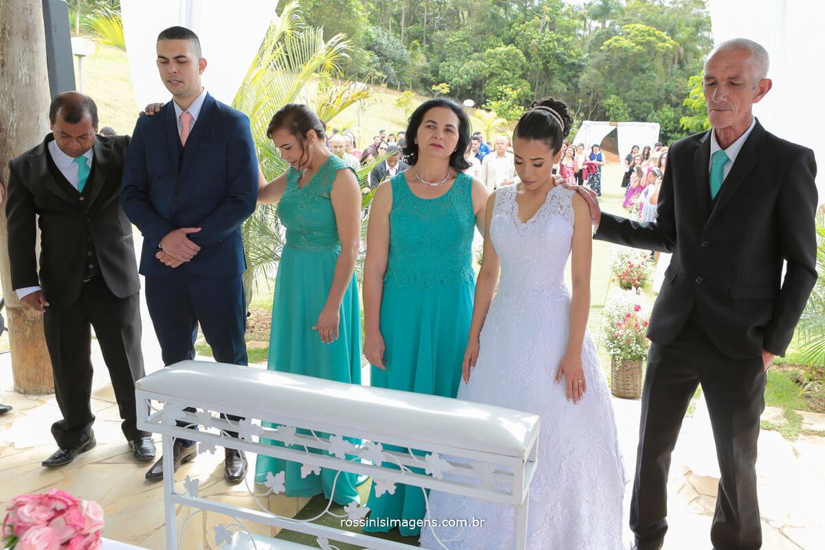 cerimonia de casamento bencao aos noivos, junto aos seus pais e amigos