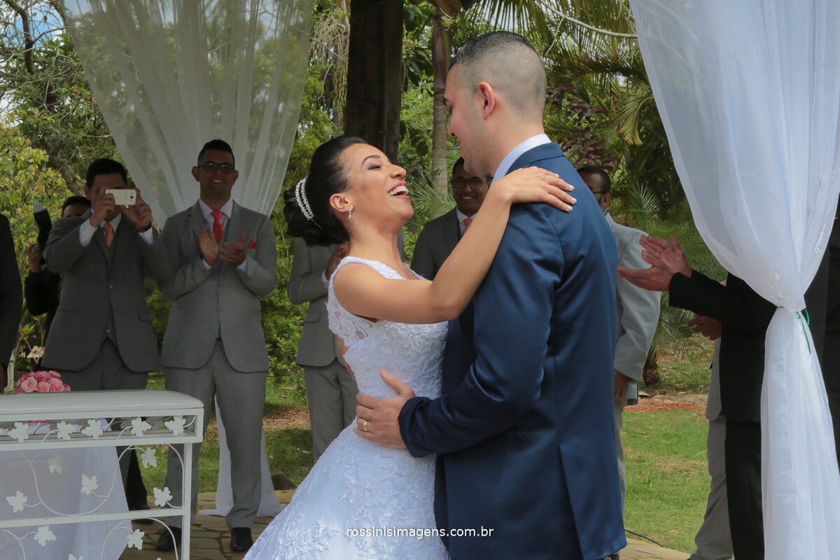 o momento mais aguardado do casal o primeiro beijo de casados, jamille e luiz fernando