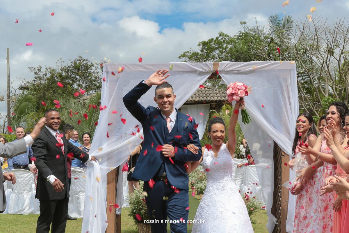 rossinis imagens saída dos noivos com petalas de rosas
