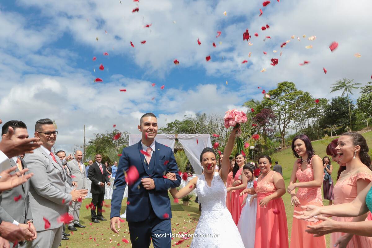 dia lindo ceu azul no casamento no sitio em sao paulo rossins imagens noivos com chuva de pétalas de flores