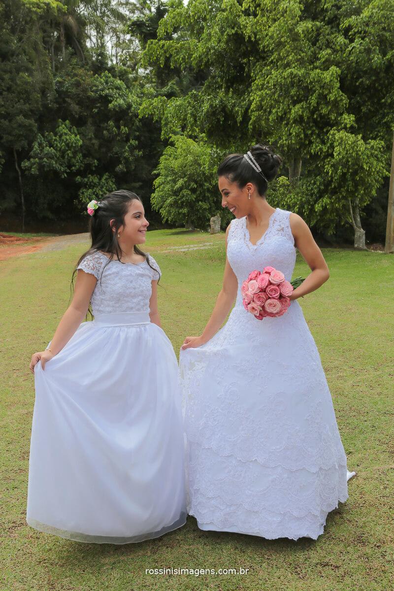 daminha e noiva mostrando o vestido lindo