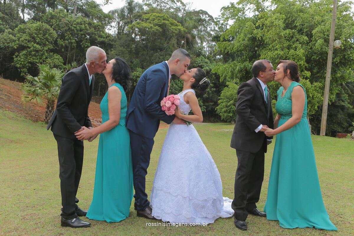 fotografia de familia retrato, casamento pais se beijando e noivos ao centro dando um beijo
