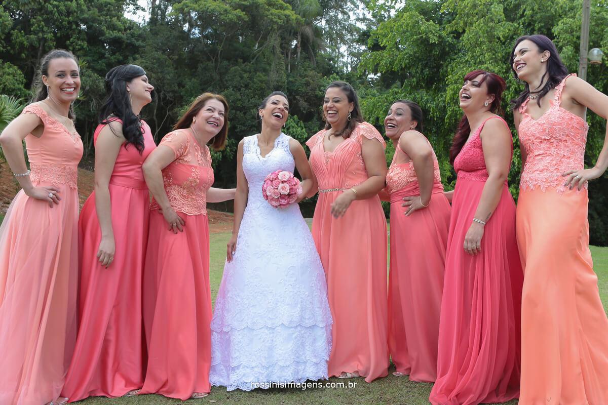 fotografia da noiva com as madrinhas de vestido coral