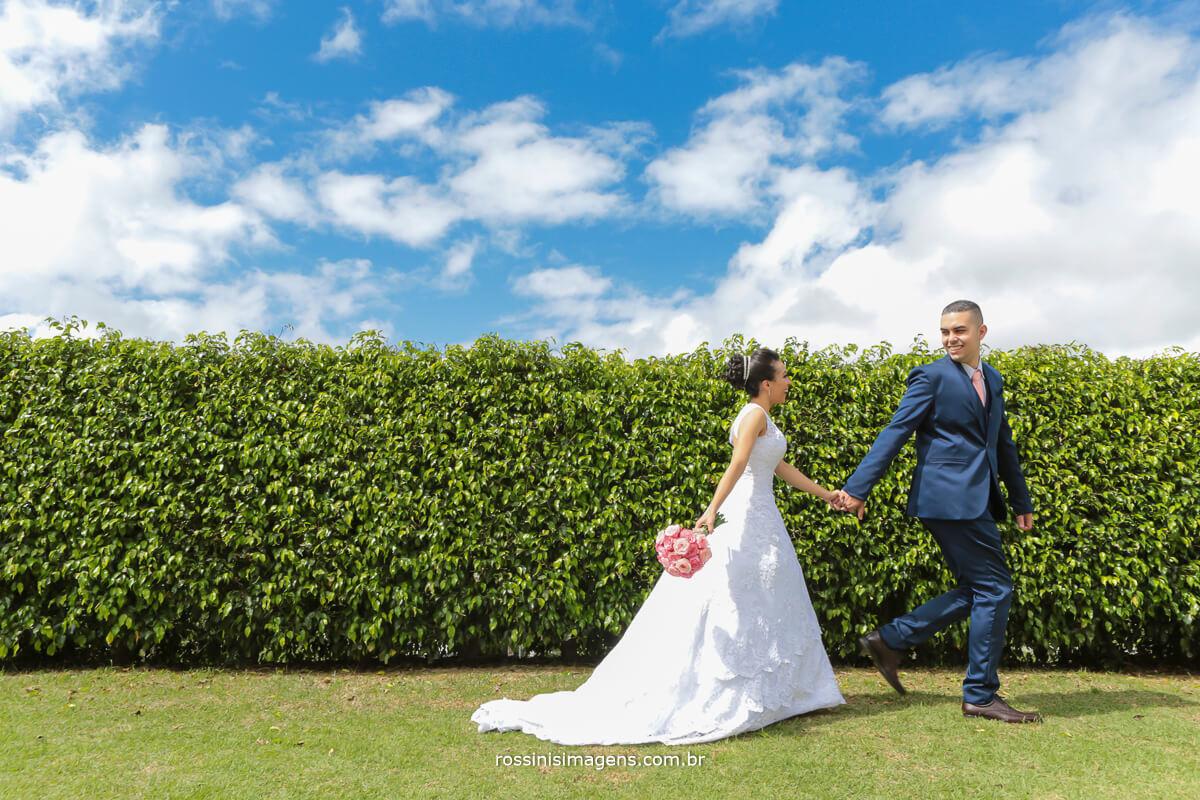 sessão de fotos dos noivos no dia do casamento, dia de sol, dia lindo casamento perfeito, sitio paraiso