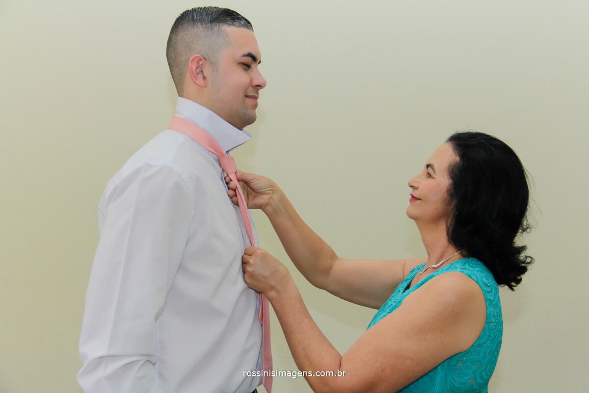 making of do noivo, mae colocando a gravata do filho
