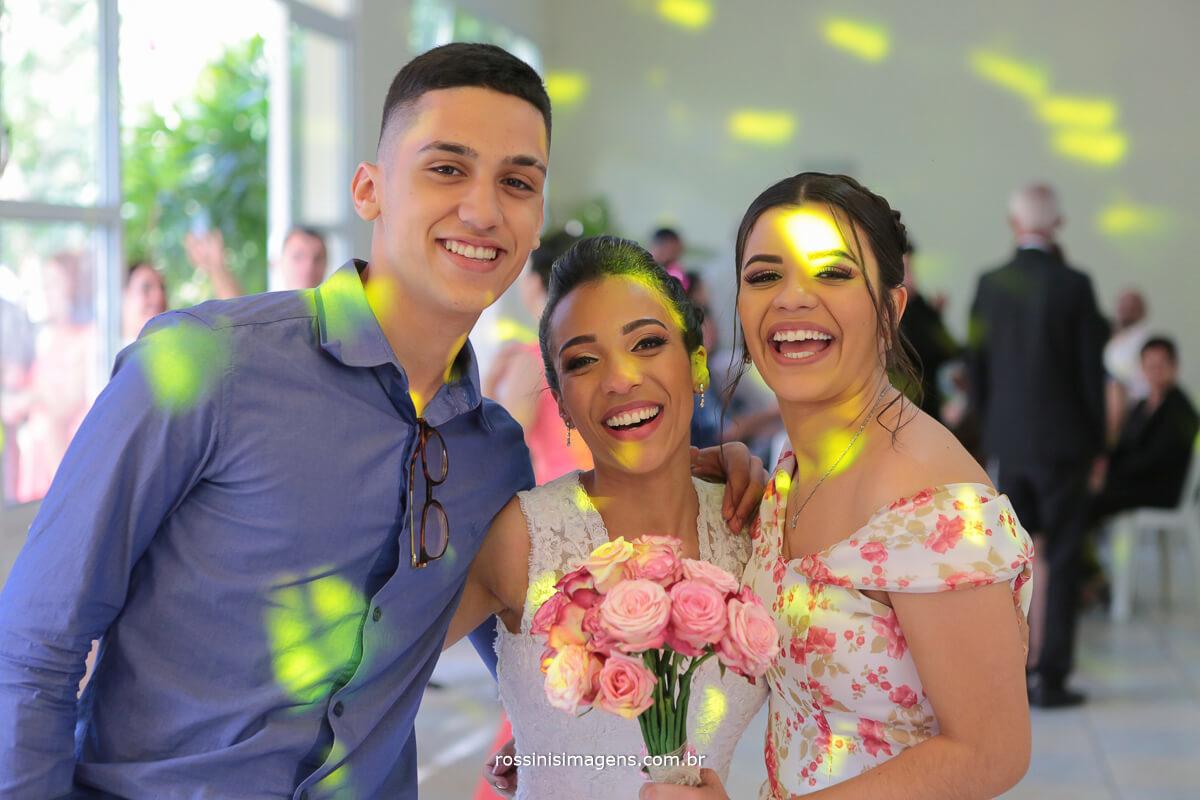 fotografia noiva com o buquê entregue a convidado que pegou o buquê