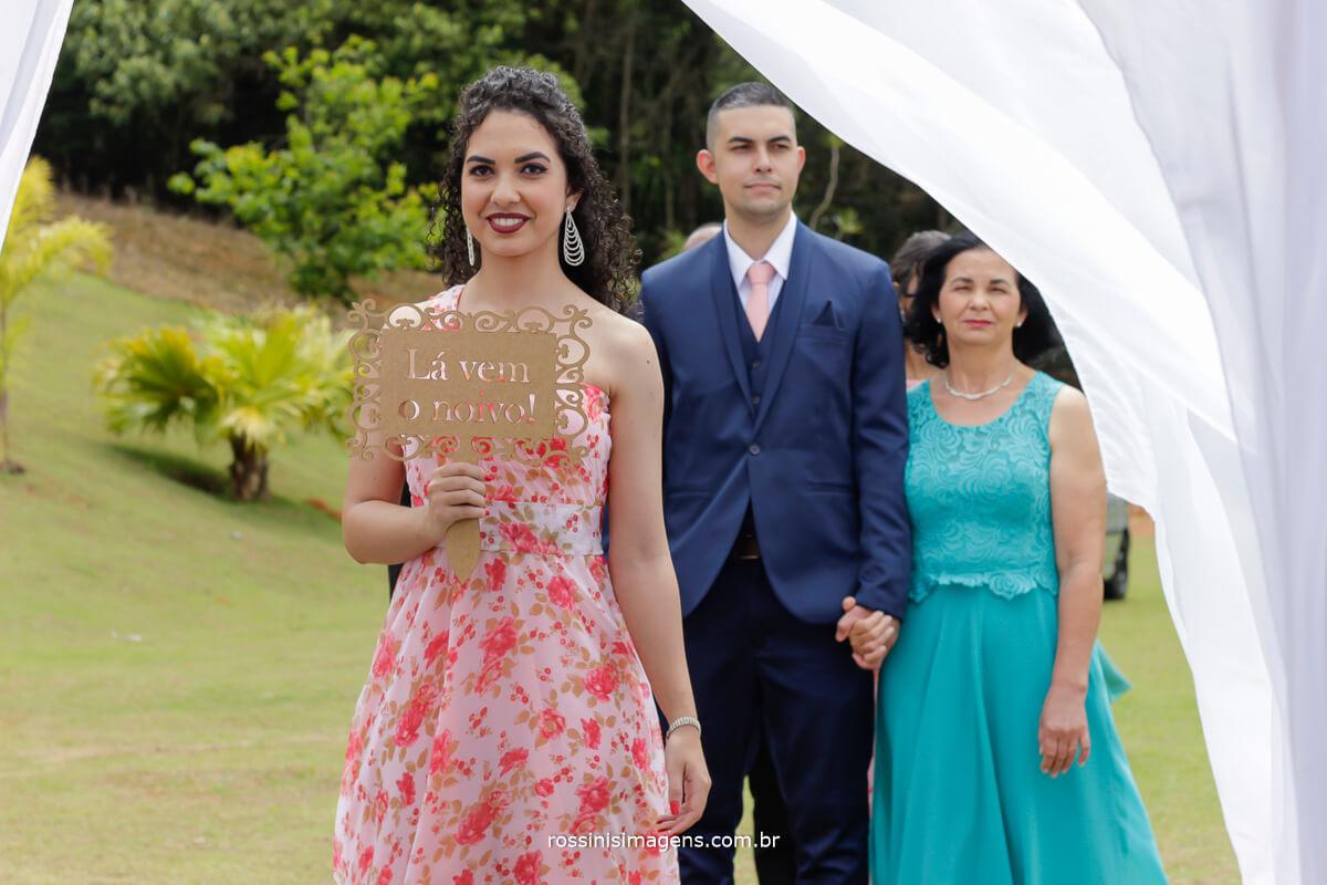 entrada da plaquinha la vem o noivo, porque o noivo tambem tem plaquinha linda plaquinha para a entrada do noivo