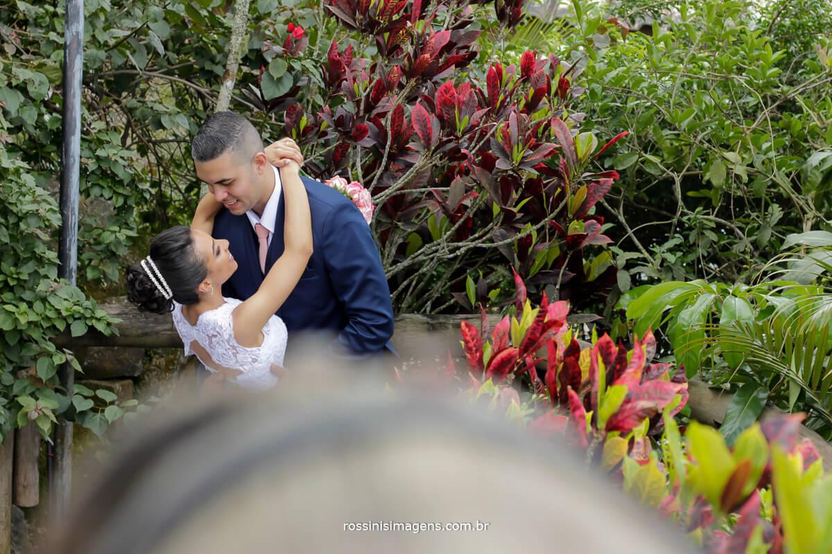 sessão de fotos dos noivos no sitio onde casaram, sitio paraiso em sao paulo