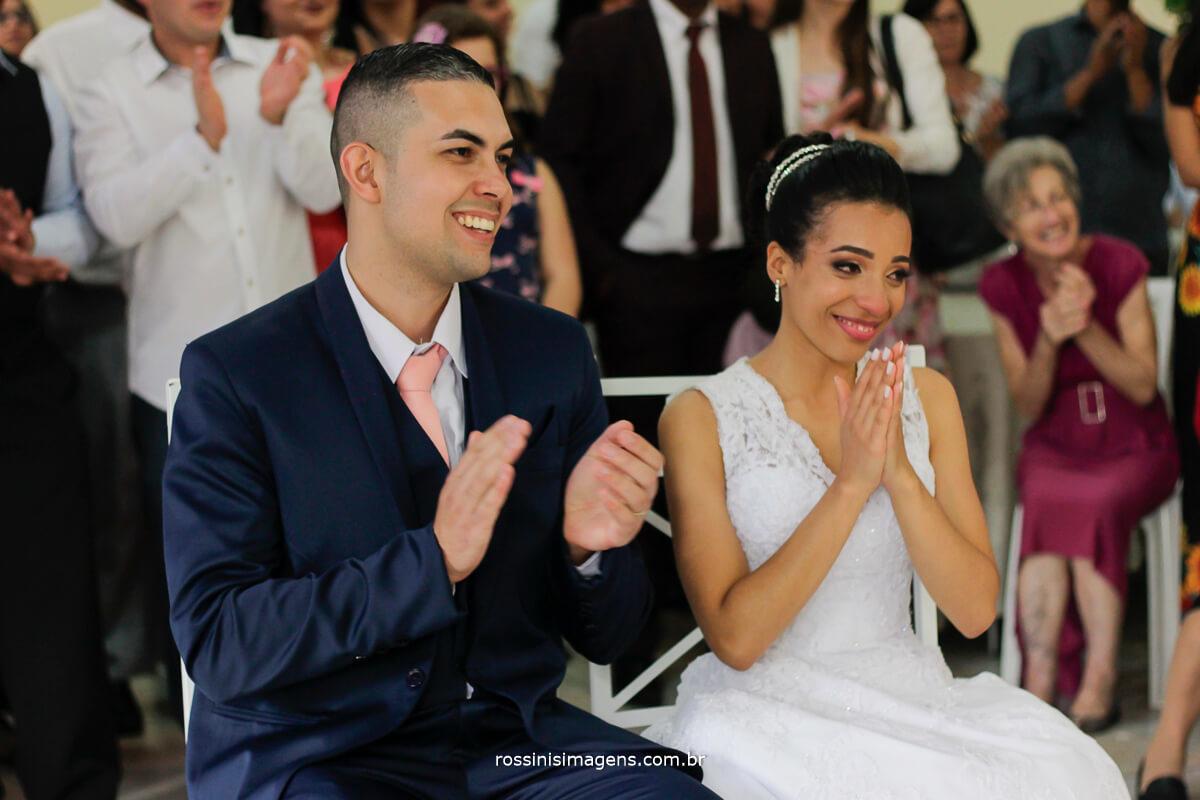 noivos sentados assistindo a retrospectiva juntos e muito felizes, rossinis imagens