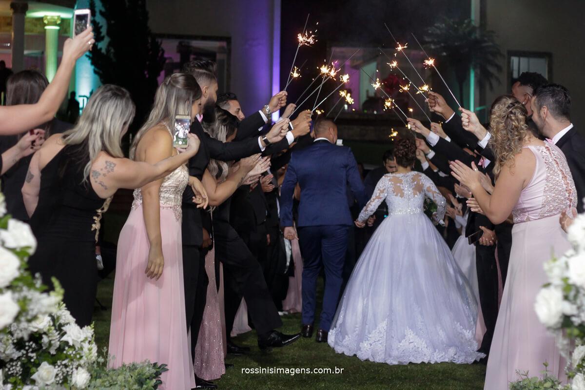saida dos noivos de costa muita alegre e divertida