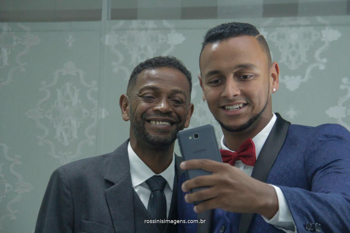 pai e filho tirando selfie no making of do casamento