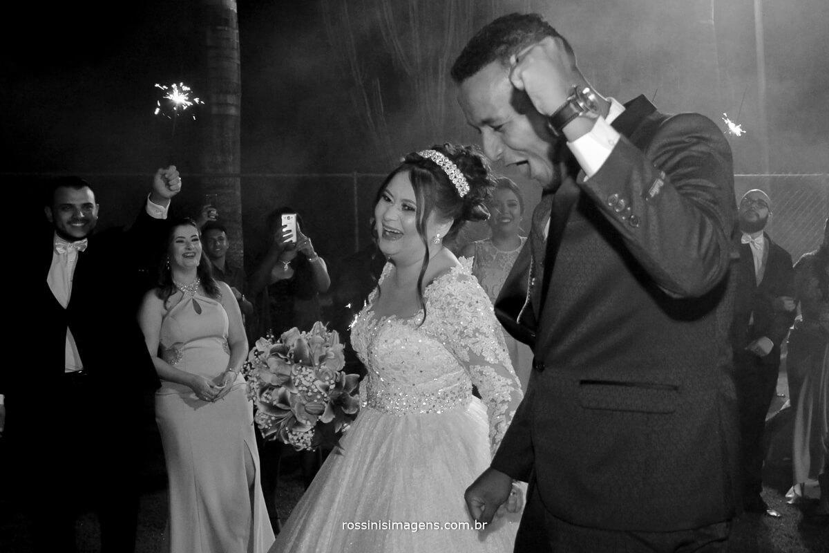 saida dos noivos apos a cerimonia de casamento na chacara torres em poa sp por rossinis imagens fotografia