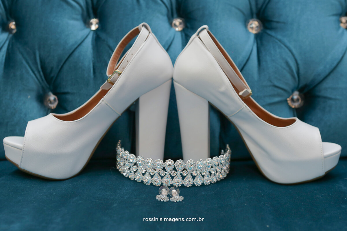 detalhes do dia da noiva como sapato, coroa de cabelo, são detalhes importantes para o registro desse grande dia que é o casamento