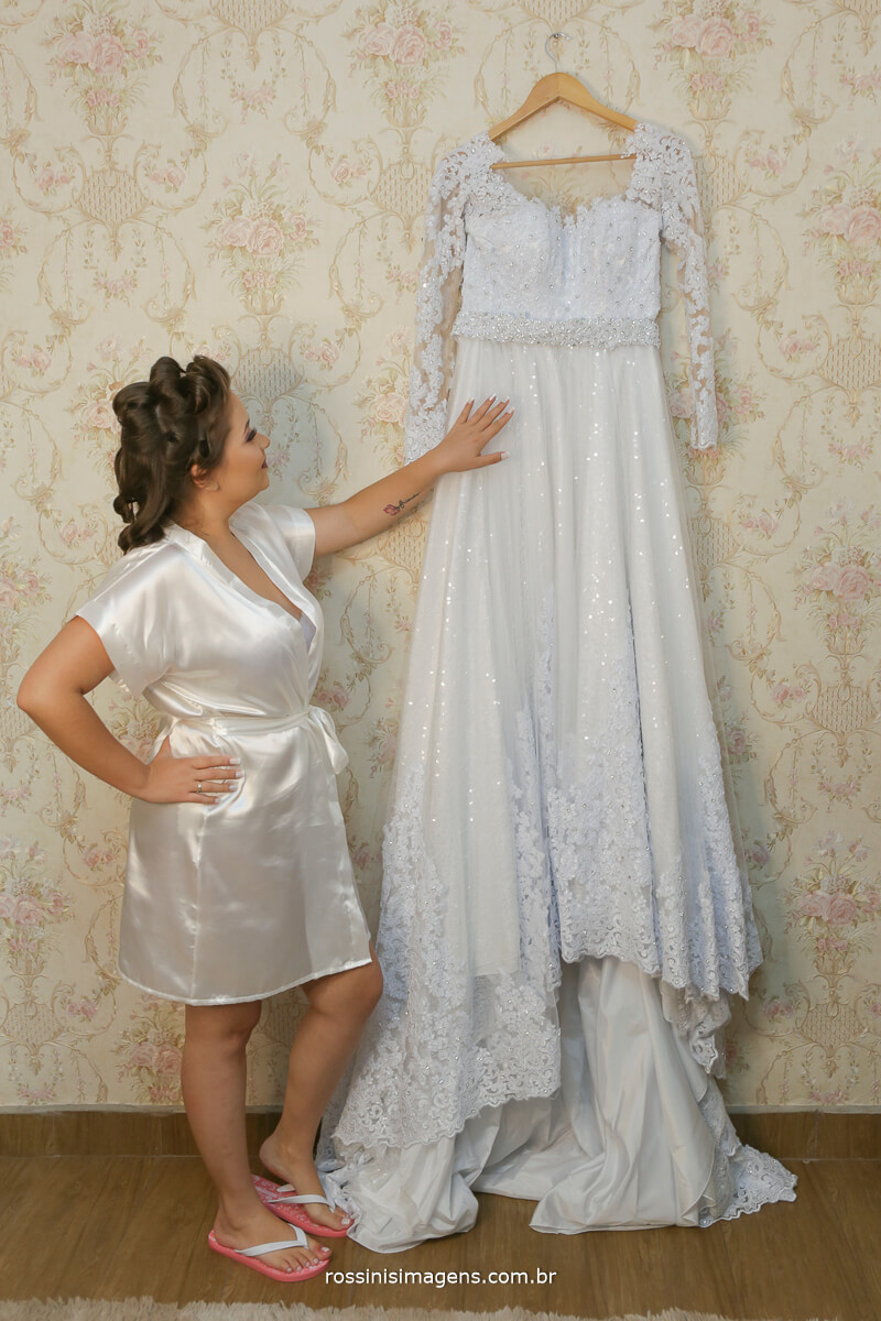 toda a emoção e espera por esse dia quando a noiva tona no vestido no making of trazendo tantas lembrancas e recordacoes