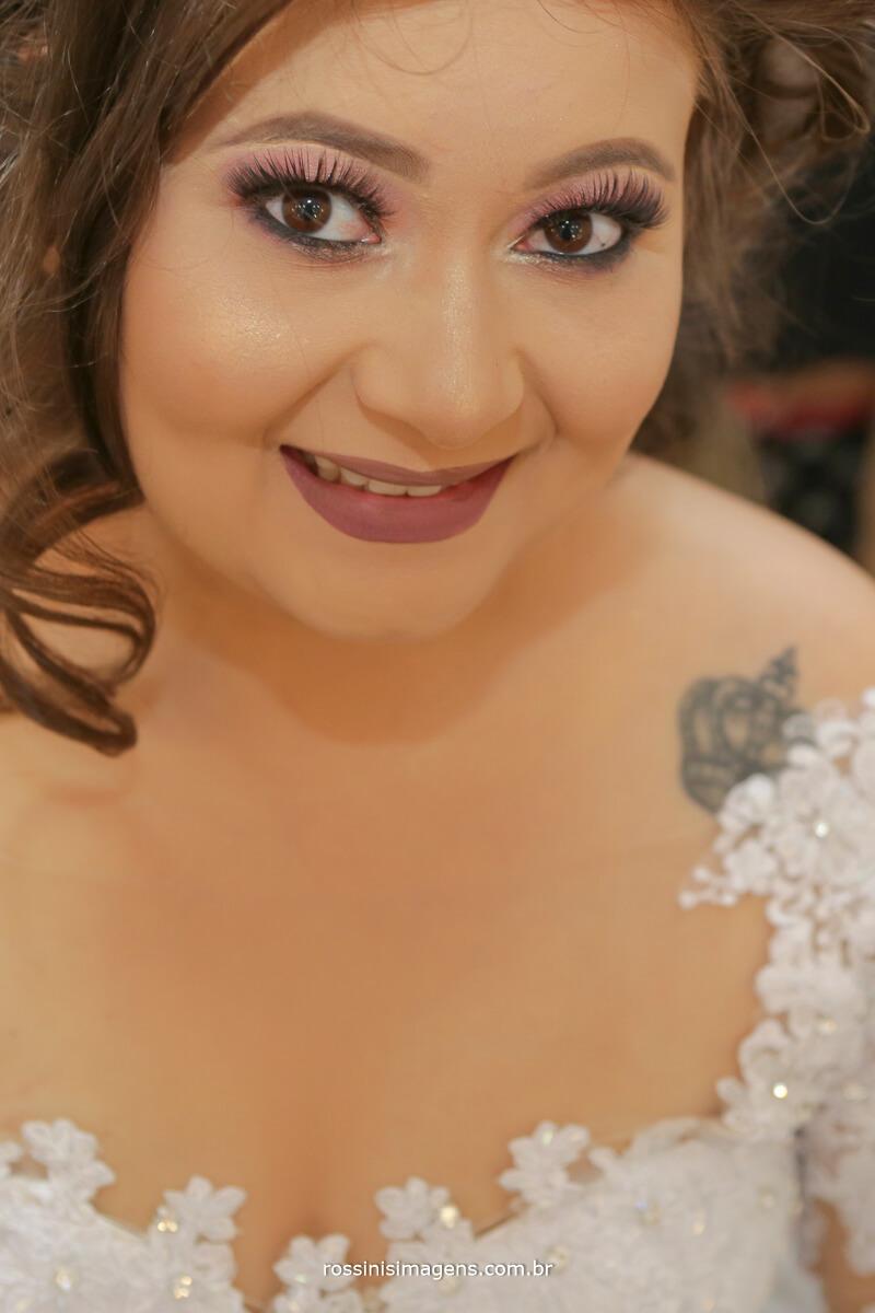 noiva feliz com o producao e maquiagem feita pela helen atala