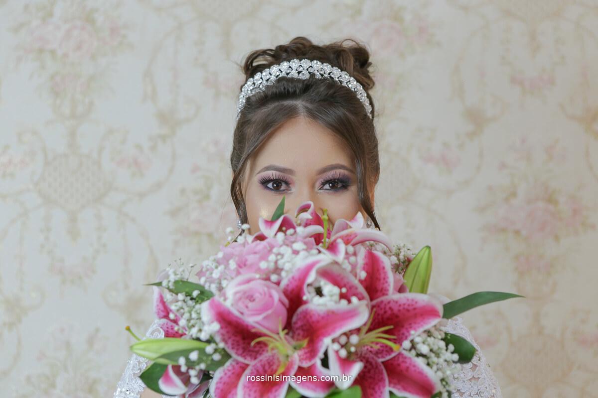 fotos da noiva com o buquê no making of, noiva feliz e muito alegre