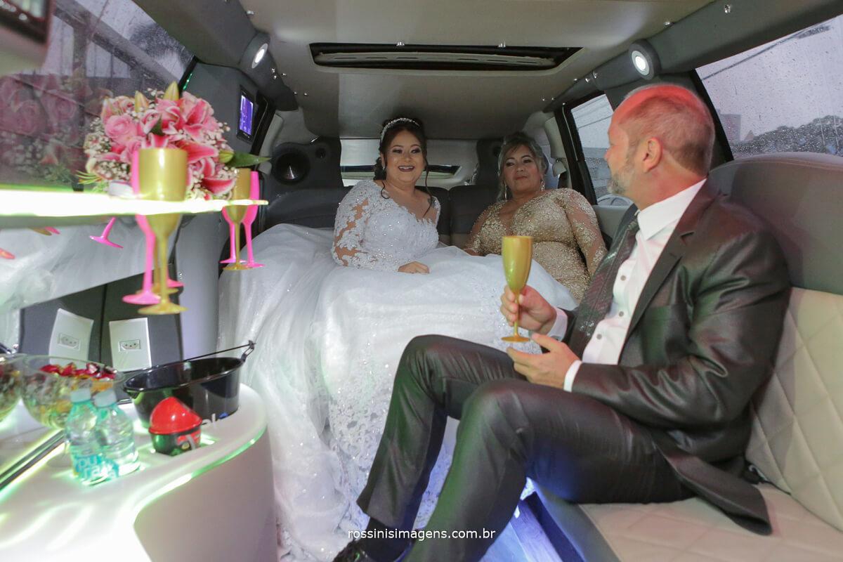 noiva na limousine com seus pais a caminho do espaço para a cerimonia de casamento