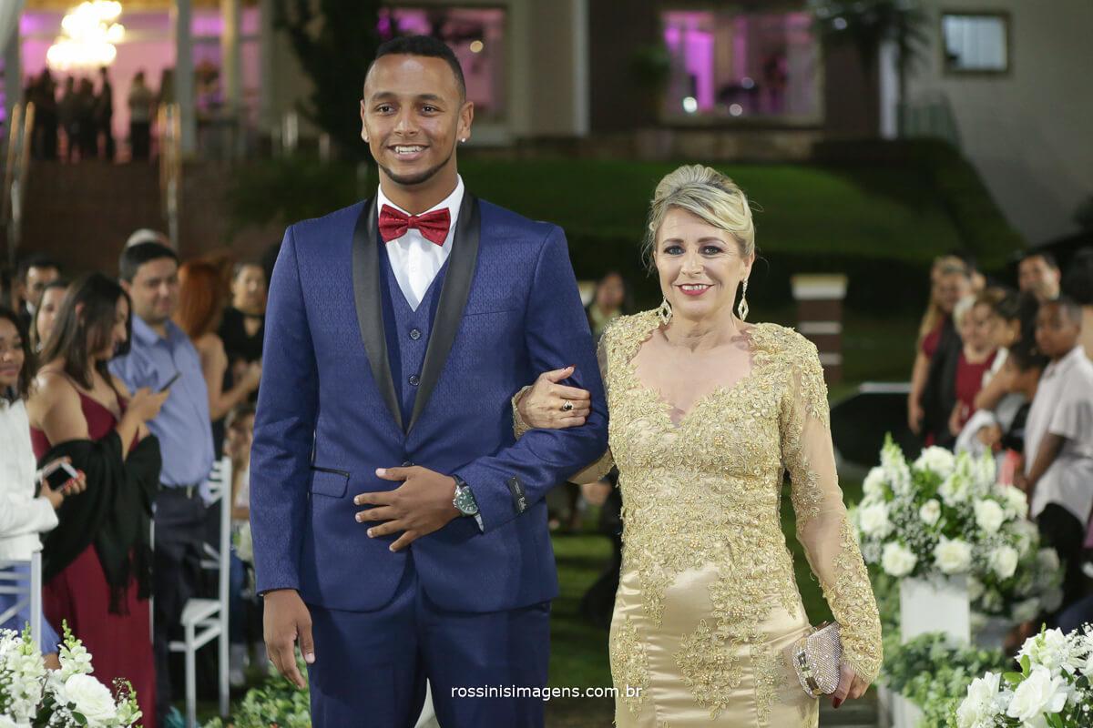 entrada do noivo com sua mae felizes