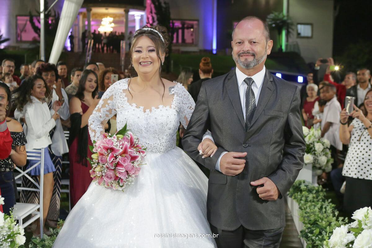 entrada da noiva com seu pai na cerimonia de casamento