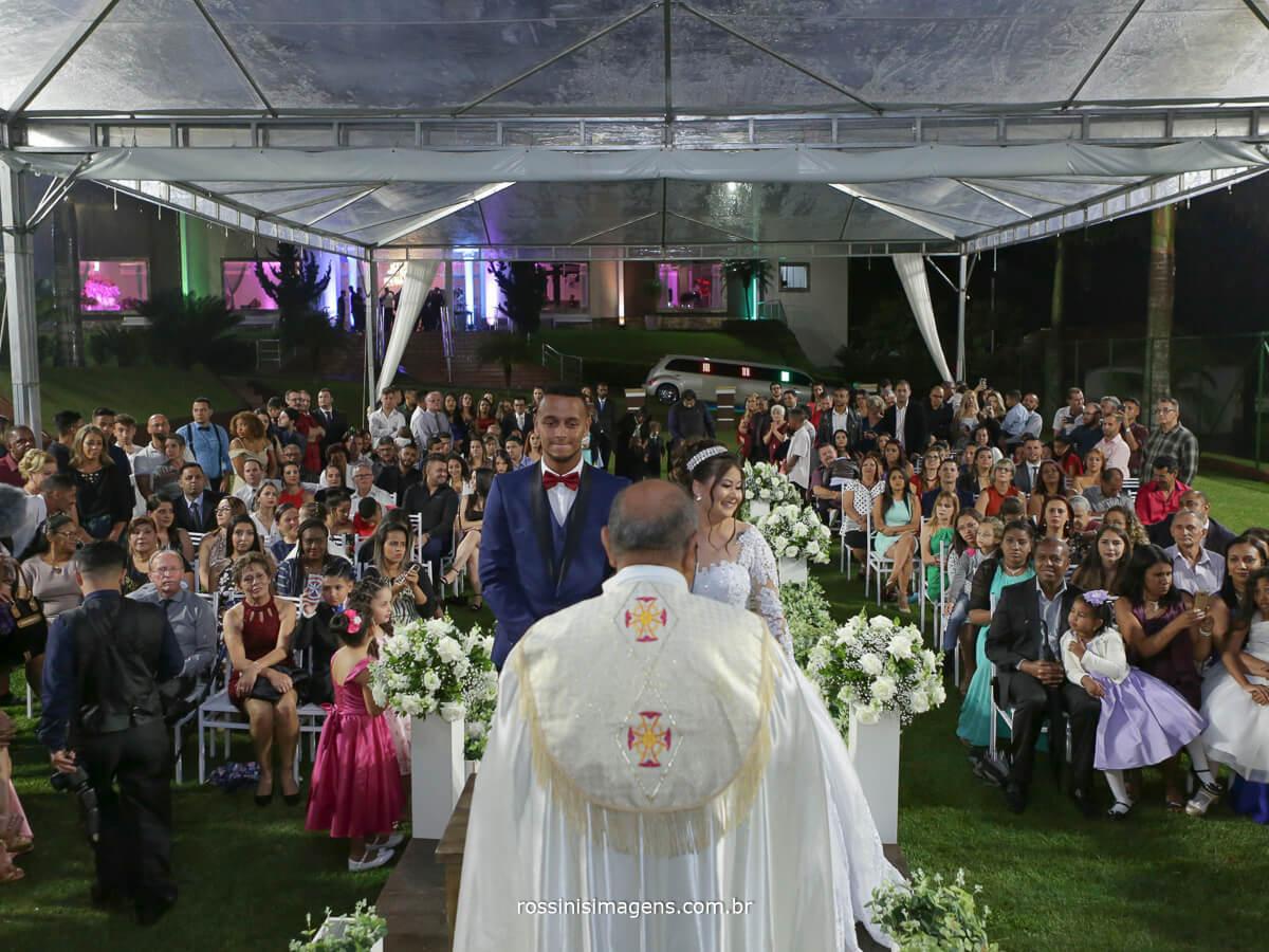 cerimonia de casamento na chacara torres em poa sp com o padre celebrando