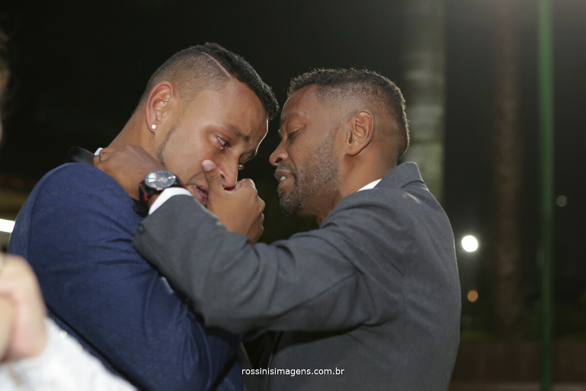 pai do noivo e noivo chorando nos comprimentos