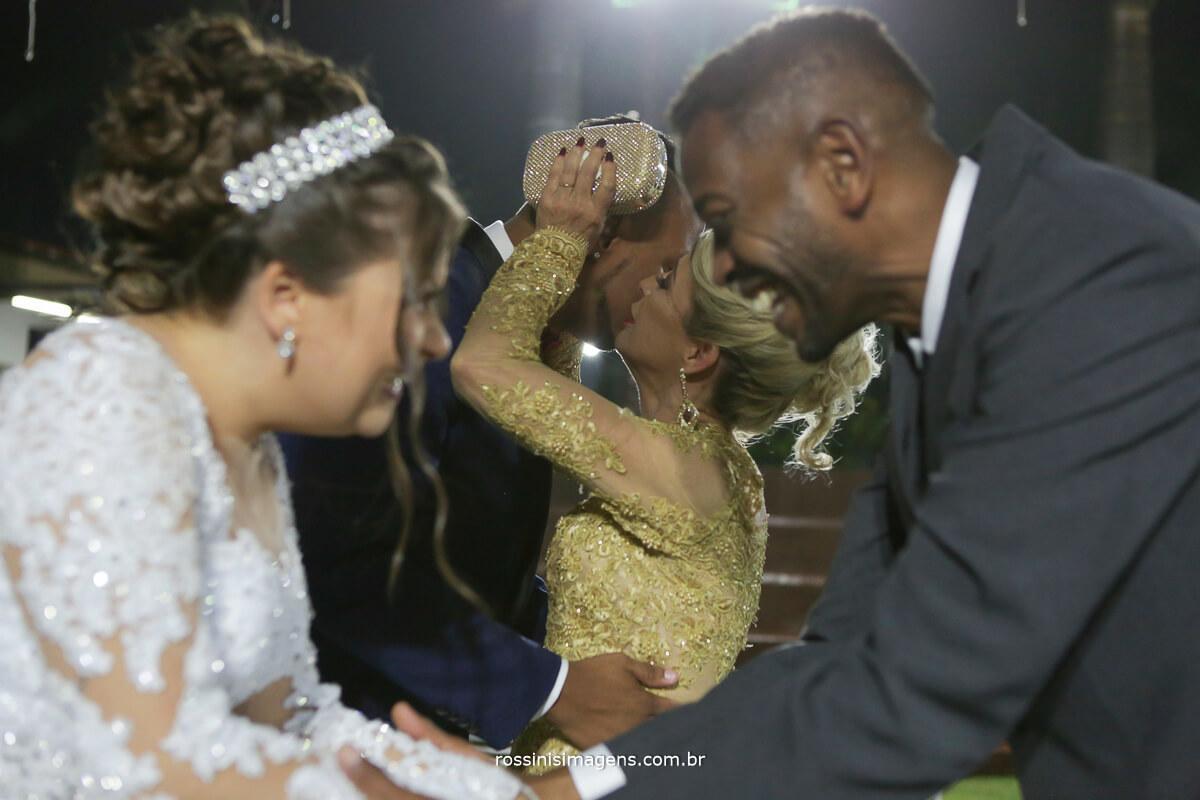 comprimento da mae do noivo e o noivo muito emocionados e chorando