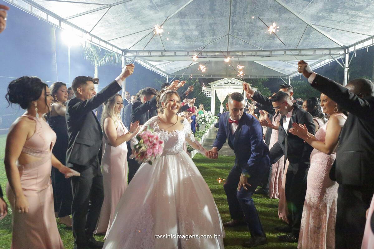 saída dos noivos muito animada e divertida