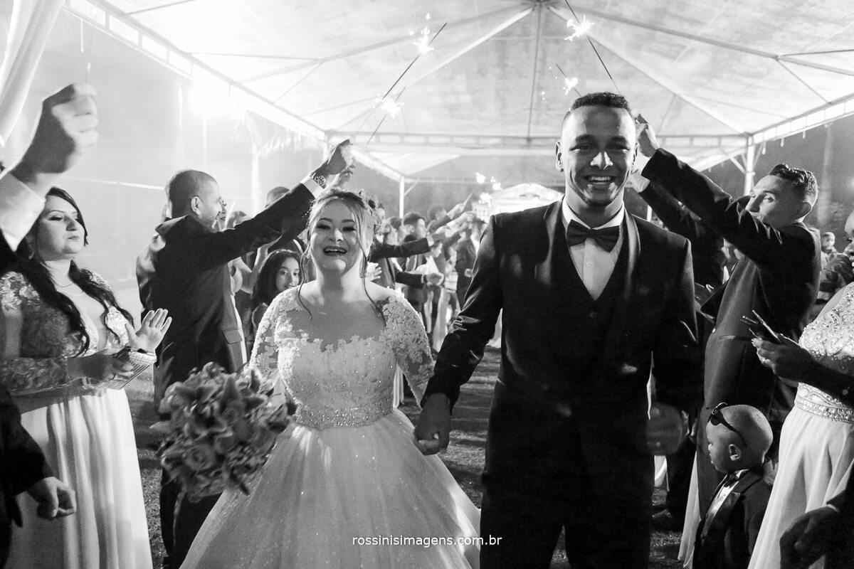 fotografia pb da saida dos noivos animadas