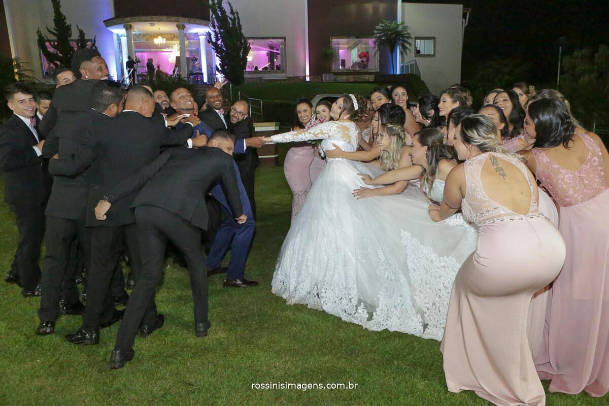 fotografia de casamento em poa noivos e padrinhos juntos