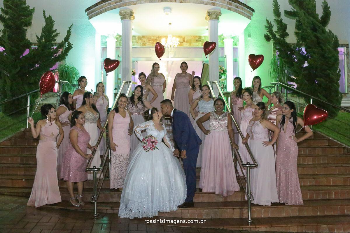 fotografia de casamento em poa por rossinis imagens madrinhas com balão de gas helio e os noivos na escada