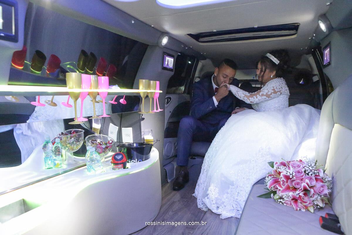 noivos na limousine dando beijo na mão da nova, limousine luxo, silvestre tansportes