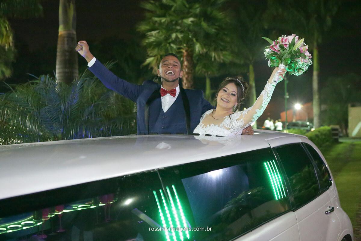 comemoração dos noivos na limousine no teto solar muita animação