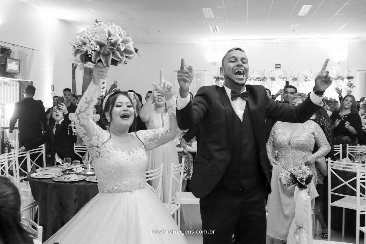noivos sendo recepcionados pelos convidados na entrada do salão com a musica hino do Corinthians