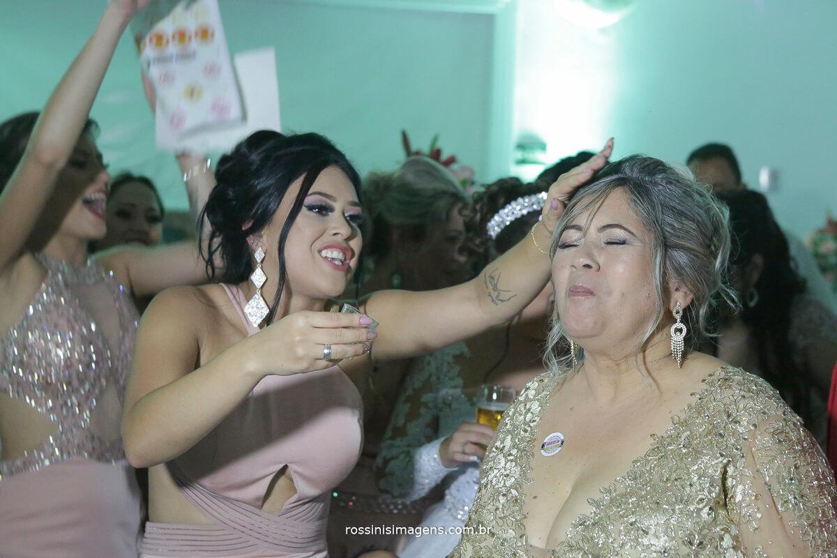 mae tomando uma dose depois da noiva passar o sapatinho