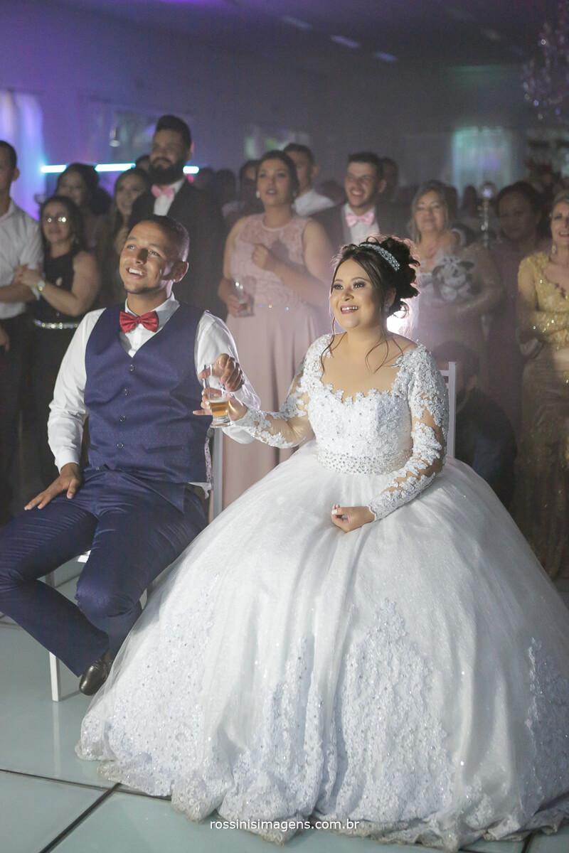 noivos assistindo o love story rindo muito com a historia de como se conheceram foi lindo esse momento