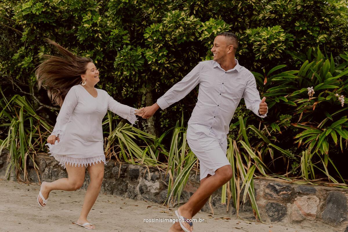 casal correndo na areia da praia fotografia e video rossinis imagens